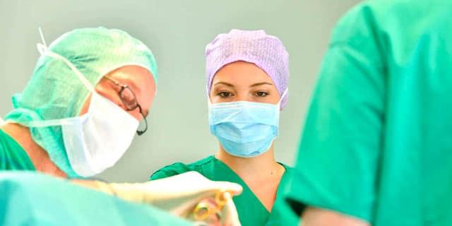Dr. Dippe Plastische Chirurgie Frankfurt im OP-Saal 2